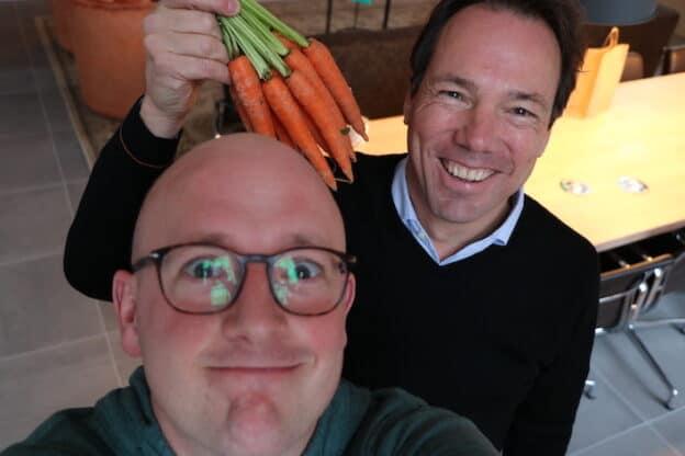 Lex Beins met bos wortels en Gerhard te Velde na opnemen podcast