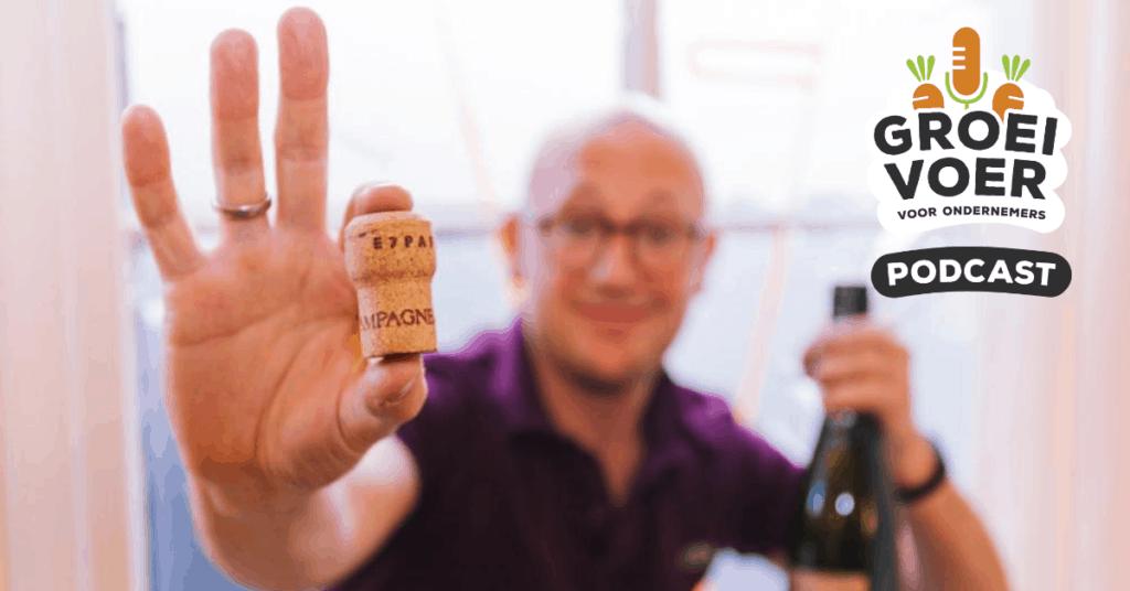 Gerhard te Velde met champagne voor de Groeivoer voor ondernemers podcast