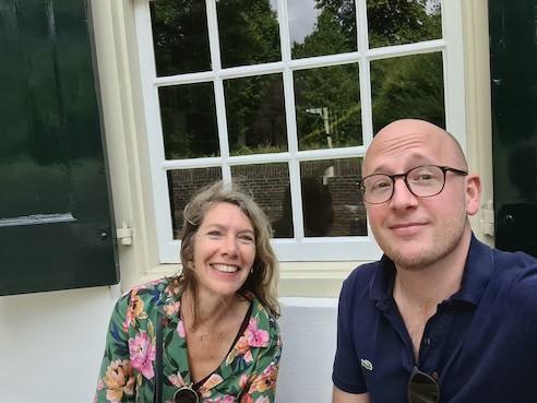 Gerhard te Velde en Petra Muns buiten voor een raam
