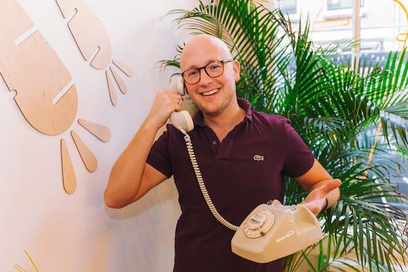 Gerhard te Velde aan de telefoon voor een interview