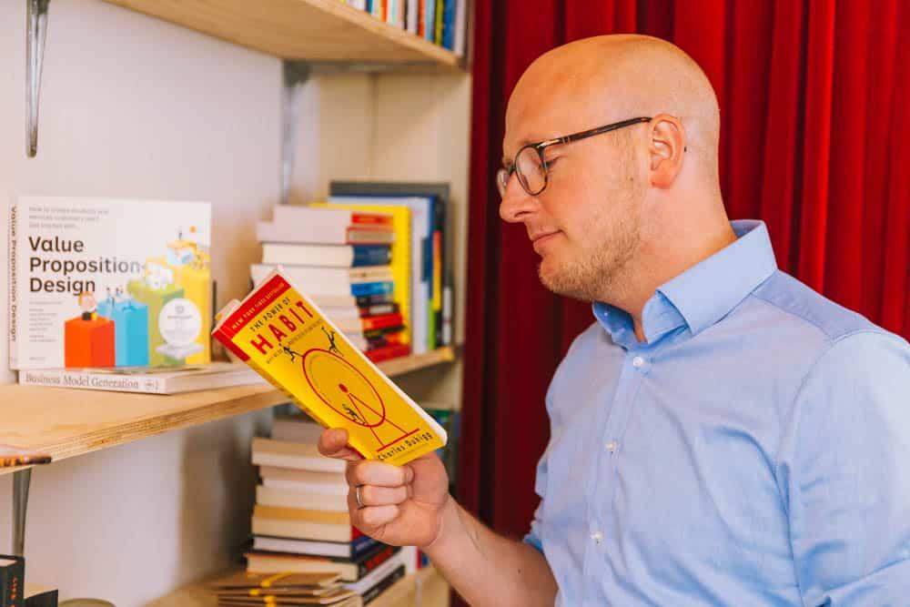 Gerhard te Velde aan het lezen