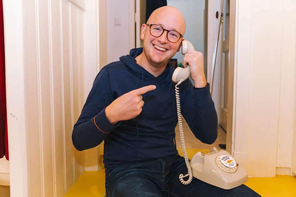 Gerhard te Velde aan de telefoon