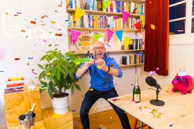 Gerhard te Velde met slingers en ballonnen om zich heen als winnaar van de Dutch Podcast Award in categorie zakelijk