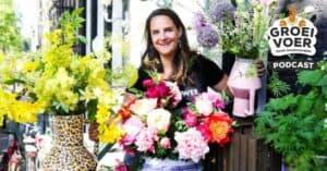 Ellyne Bierman buiten, omgeven met bloemen