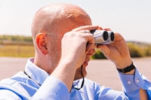 Gerhard te Velde kijkt voor een verrekijker op zoek naar zijn ideale klant